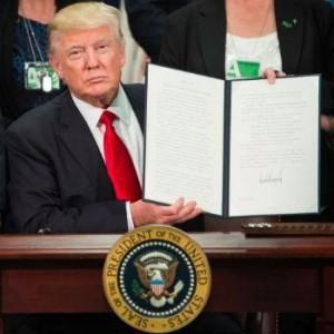 Forex - dollar opent lager na reisverbod Trump, groei cijfers